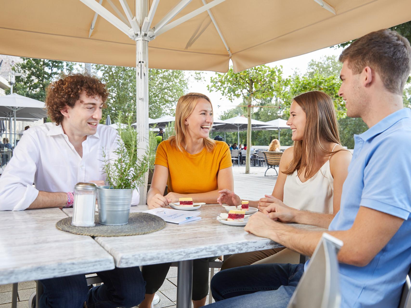 2 Männer und 2 Frauen sitzen in einer Lokalität am Maschsee