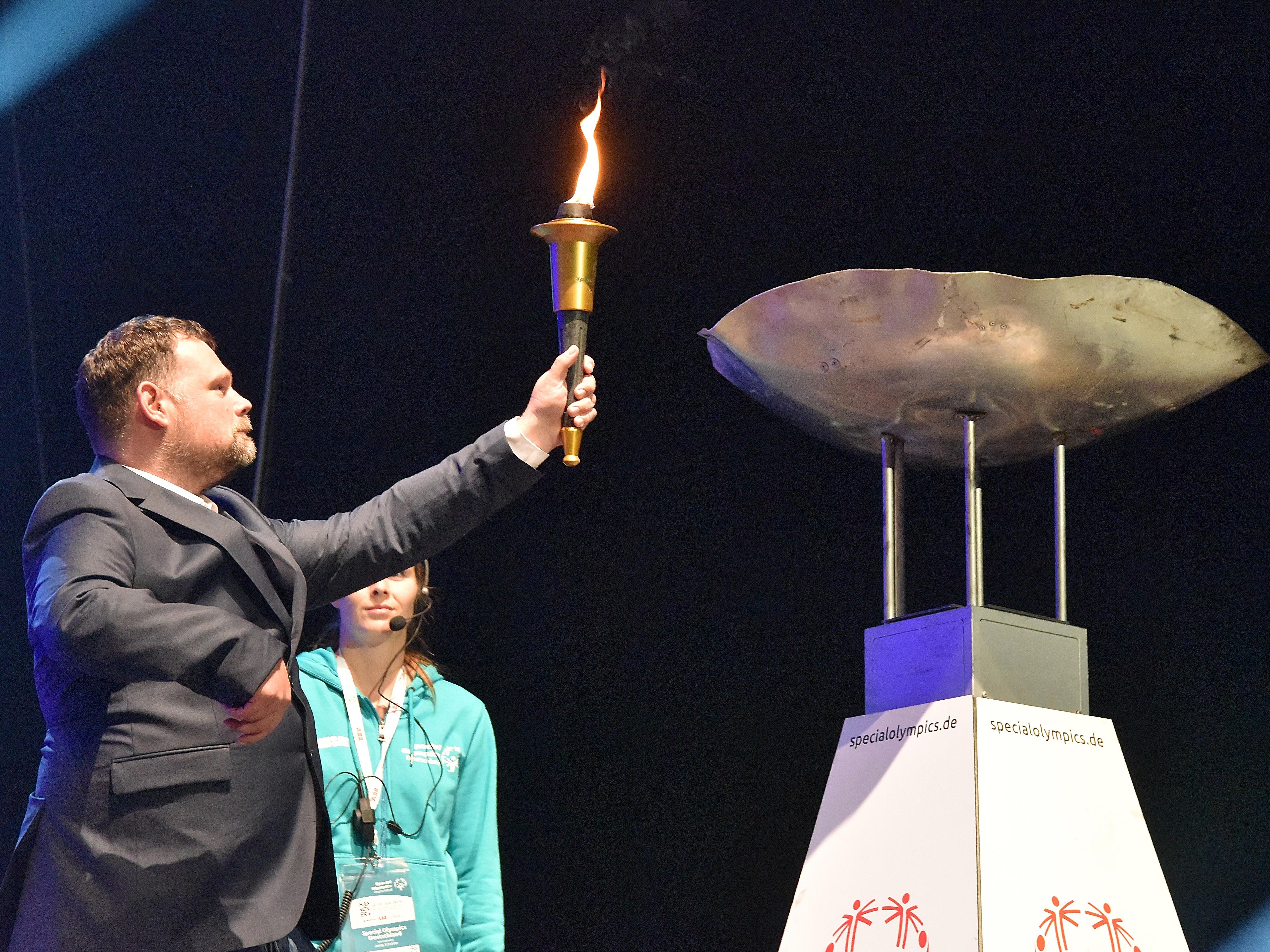 Mann hält Feuerfackel