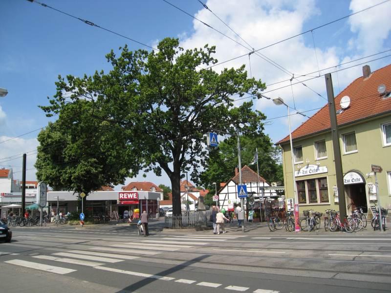 Badenstedter Straße mit dem Badenstedter Denkmal