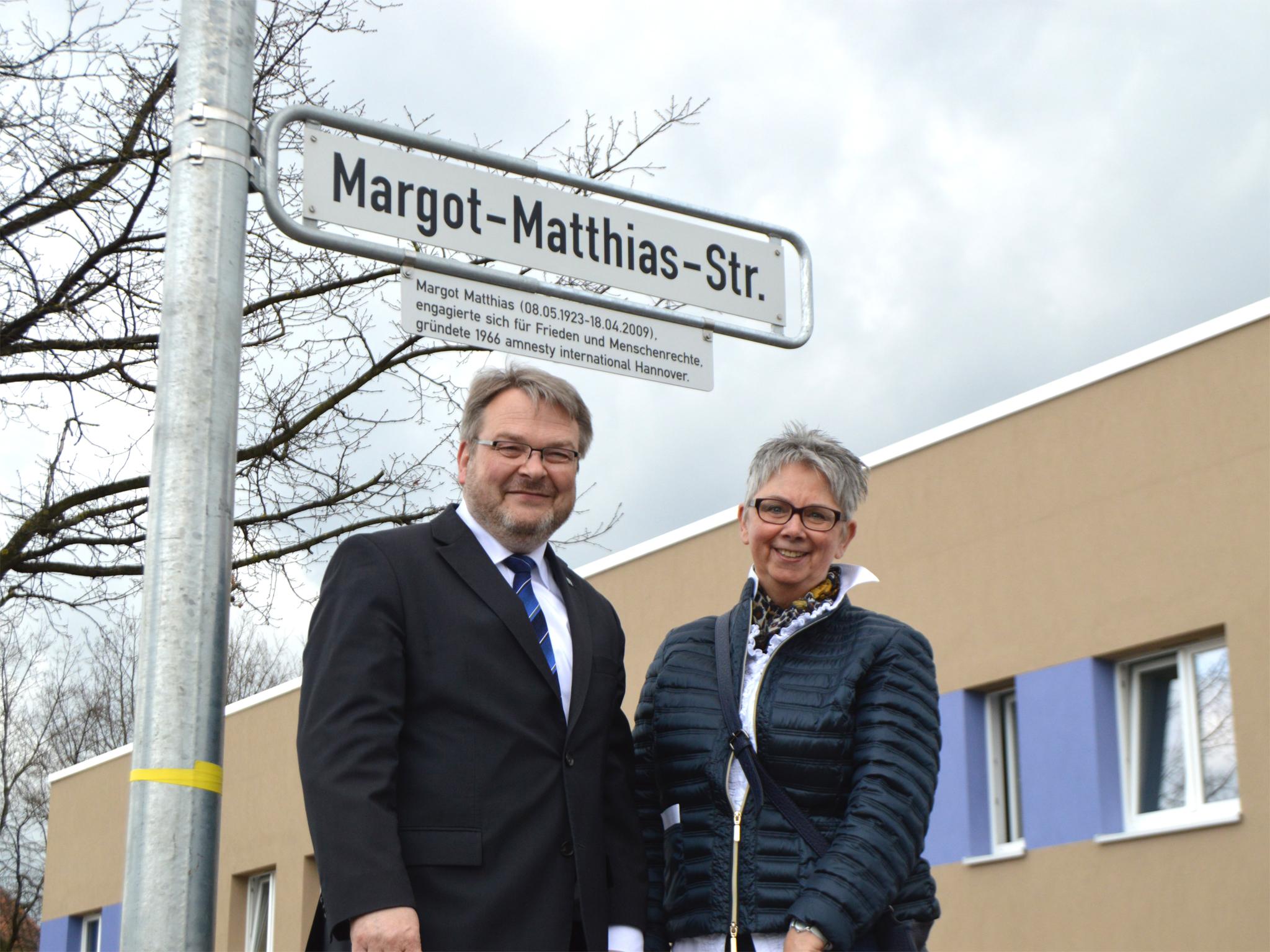 Bürgermeister Thomas Hermann und Bezirksbürgermeisterin des Stadtbezirkes Ahlem-Badenstedt-Davenstedt, Frau Brigitte Schlienkamp enthüllen das neue Straßenschild.
