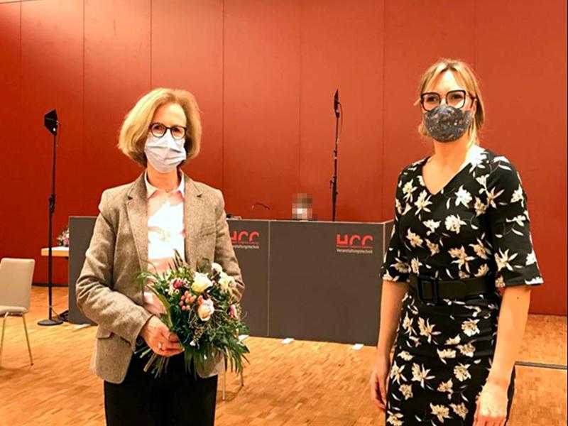 Die Bezirksbürgermeisterin Johanna Starke nach ihrer Laudatio mit der Bürgerpreisträgerin Frau Ruth Bolten.