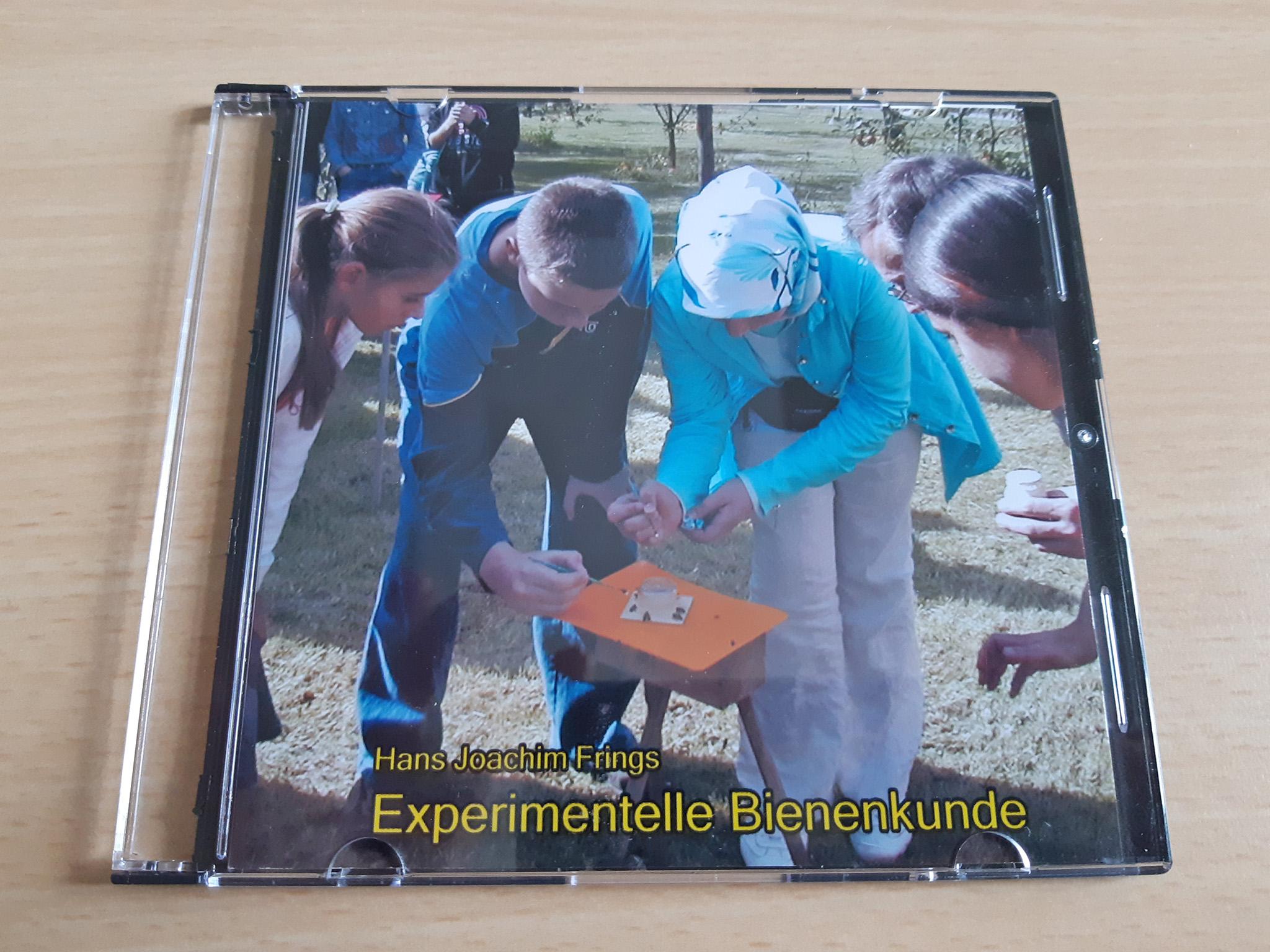 """Eine CD-Hülle mit der Aufschrift """"Experimentelle Bienenkunde"""" liegt auf einem Schreibtisch."""