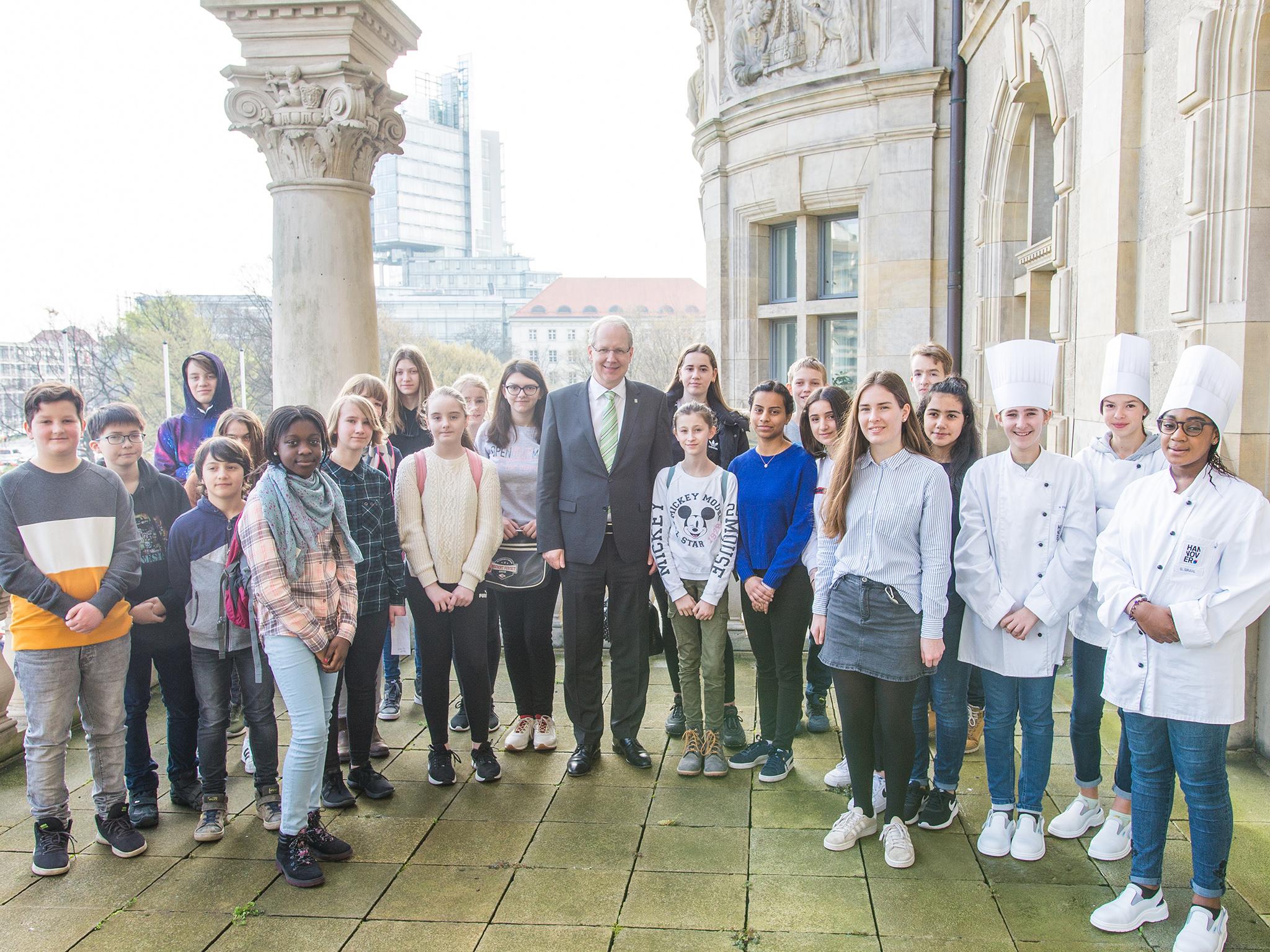 Der Oberbürgermeister mit einem Teil von insgesamt 317 Kindern und Jugendlichen, die den Zukunftstag in der Stadtverwaltung absolviert haben.