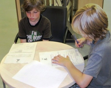 Jungen füllen einen Fragebogen aus
