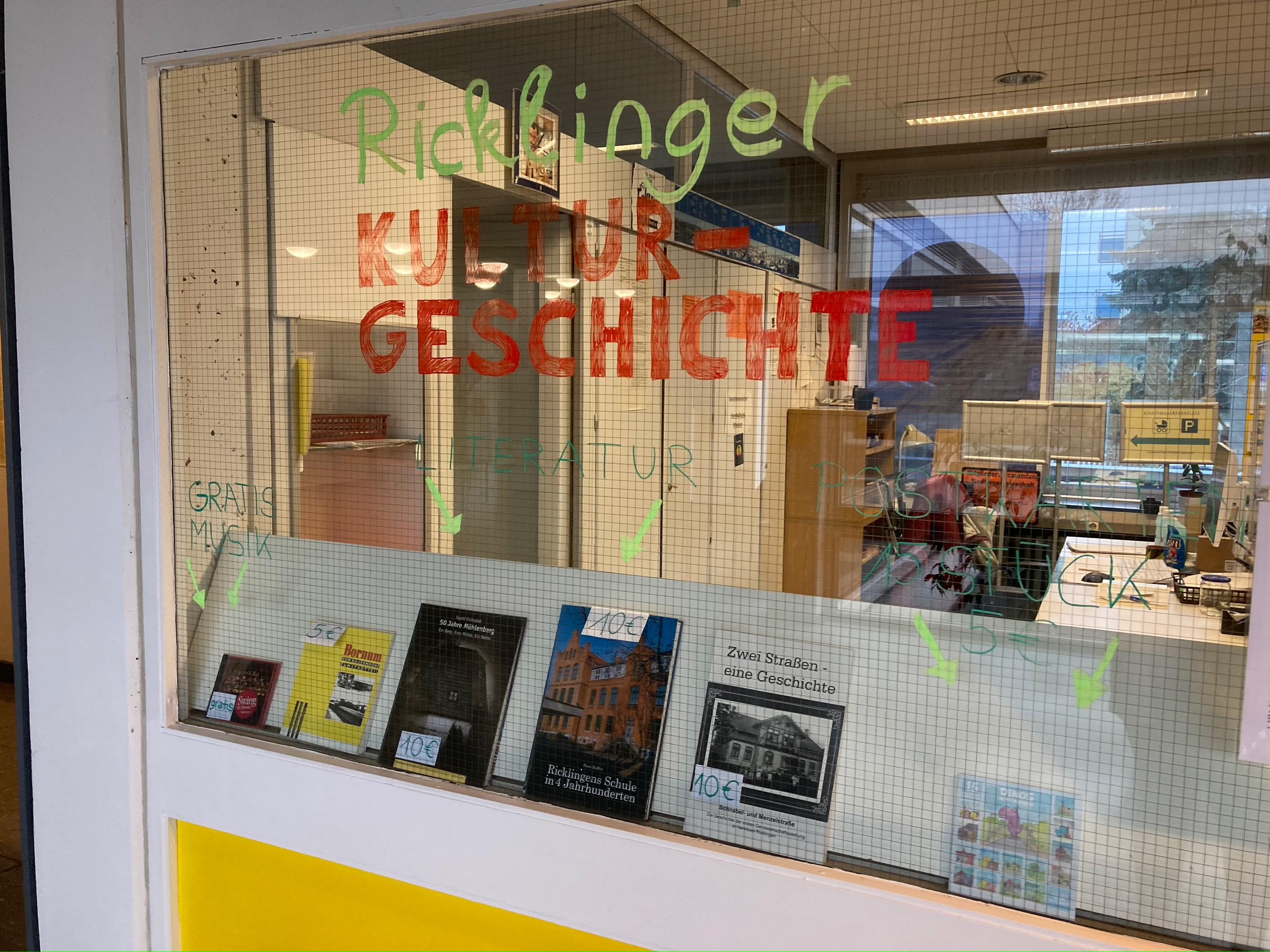 Musik, Literatur und Postkarten, die es im Stadtteilzentrum Ricklingen zu kaufen gibt