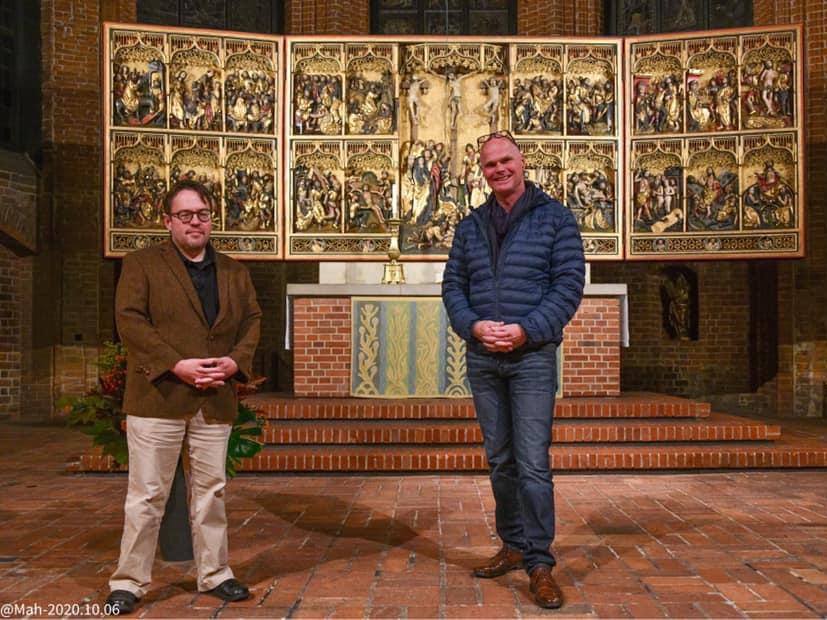 D. Altwig (links) und F. Scherrer (rechts) vor dem Altar der Marktkirche