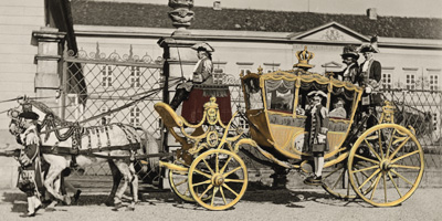 Foto-Postkarte: Krönungswagen ( Goldene Kutsche) des Königs Georg I. vor dem Schloss Herrenhausen. Vermutlich1937, Verlag Dr. Müller, digital koloriert.