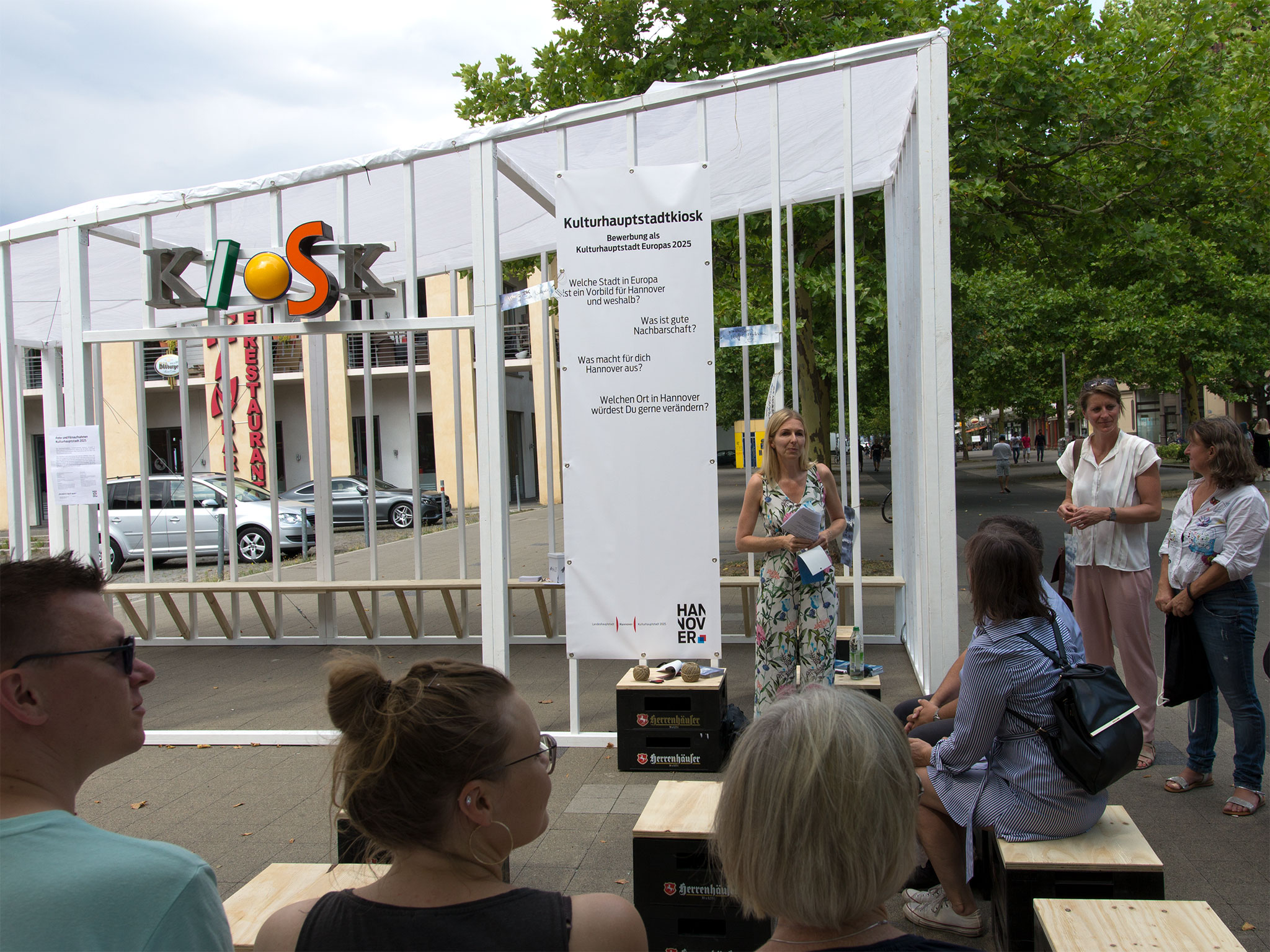 Melanie Botzki, Leiterin des städtischen Kulturhauptstadtbüros, eröffnet den Kulturhauptstadtkiosk.