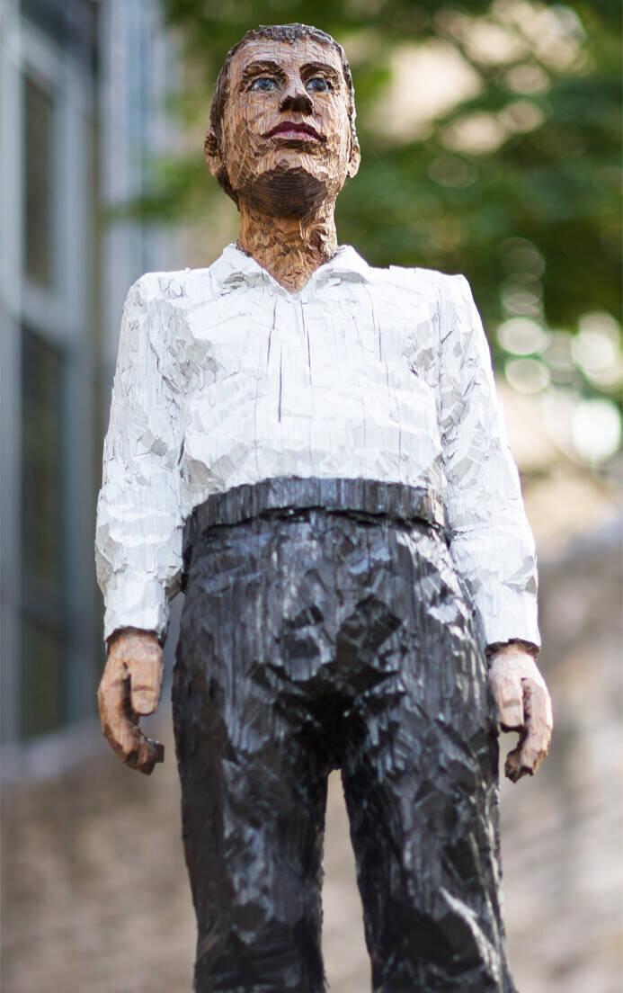 Mann mit weissem Hemd und schwarzer Hose by Stephan