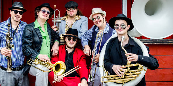 Brazzo Brazzone: Italo-World-Groove Brass Band