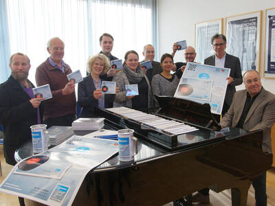 Alice Moser, Koordinatorin UNESCO City of Music Hannover mit Musikerinnen und Musikern aus Hannover, die an der Weihnachts-CD mitgewirkt haben.