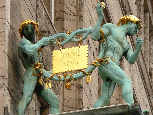 """Rechteckig, goldgelb gebacken, 52 Zähne: Ob Jung oder Alt - den """"Leibniz-Butterkeks"""" von Bahlsen kennt in Deutschland fast jeder. Im Jahr 1889 begann die Erfolgsgeschichte des Gebäcks."""