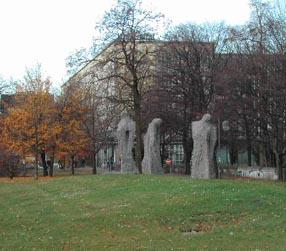 Skulpturen vor dem Neustädter Friedhof