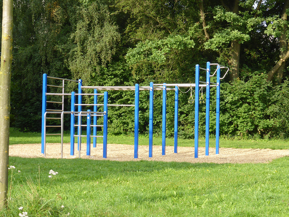Sport- und Klettergerüst in einem Park.