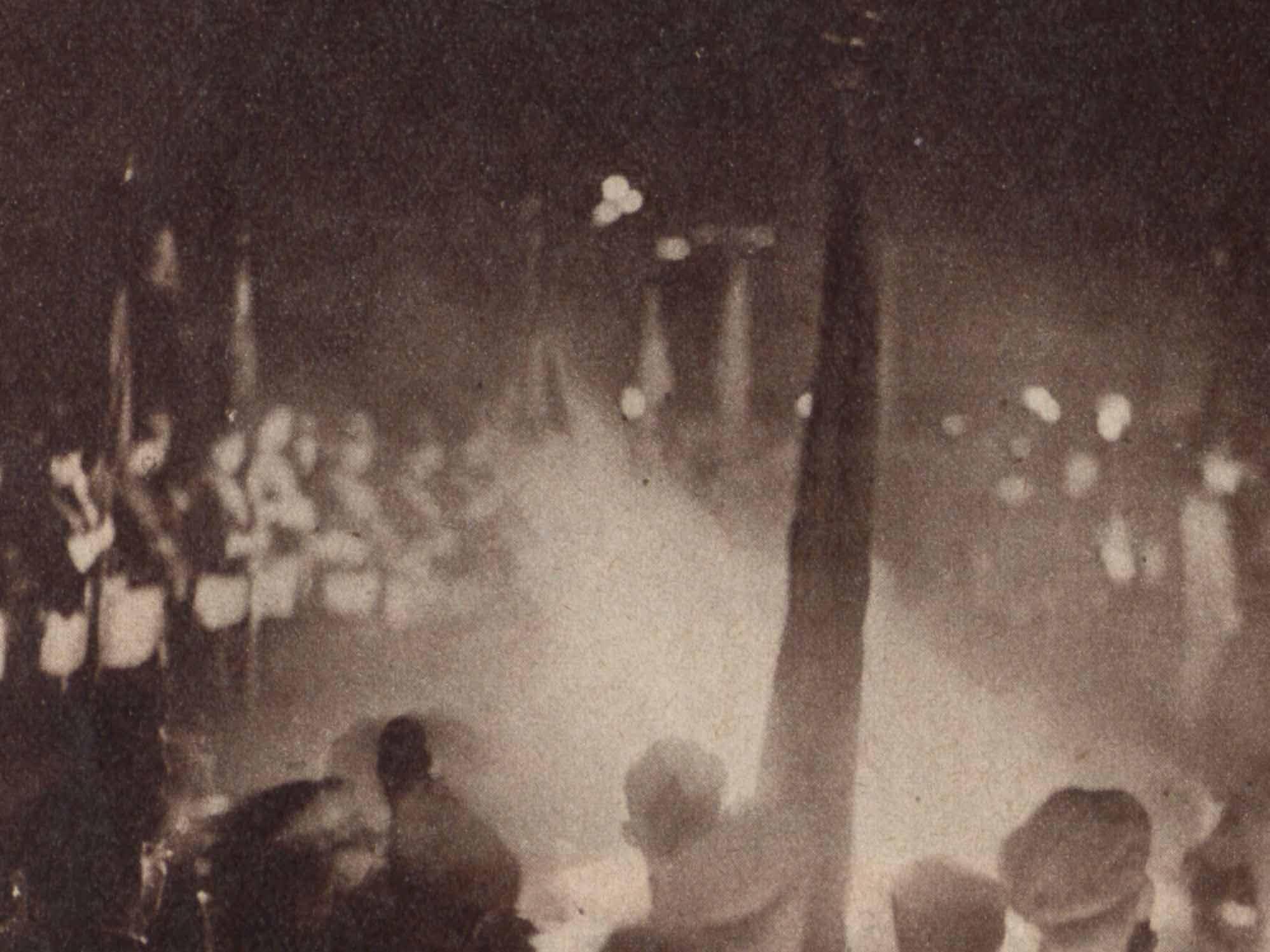 """Bücherverbrennung im Mai 1933 in Hannover. Abgedruckt in """"Die Weltschau"""" vom 21.05.1933, S. 2."""