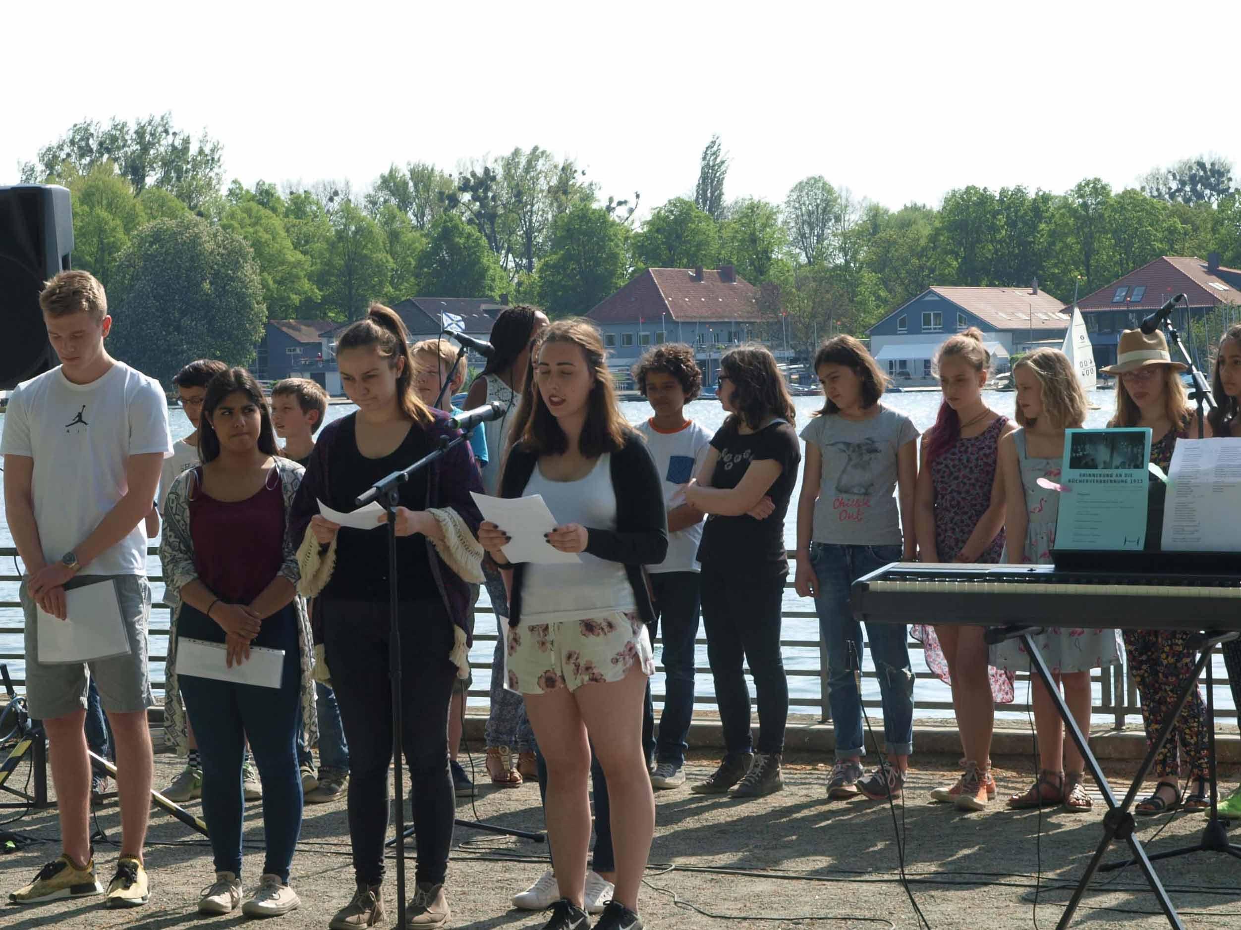 Schülerinnen und Schüler der Tellkampfschule beim Gedenken an die Bücherverbrennung am 10. Mai 2016