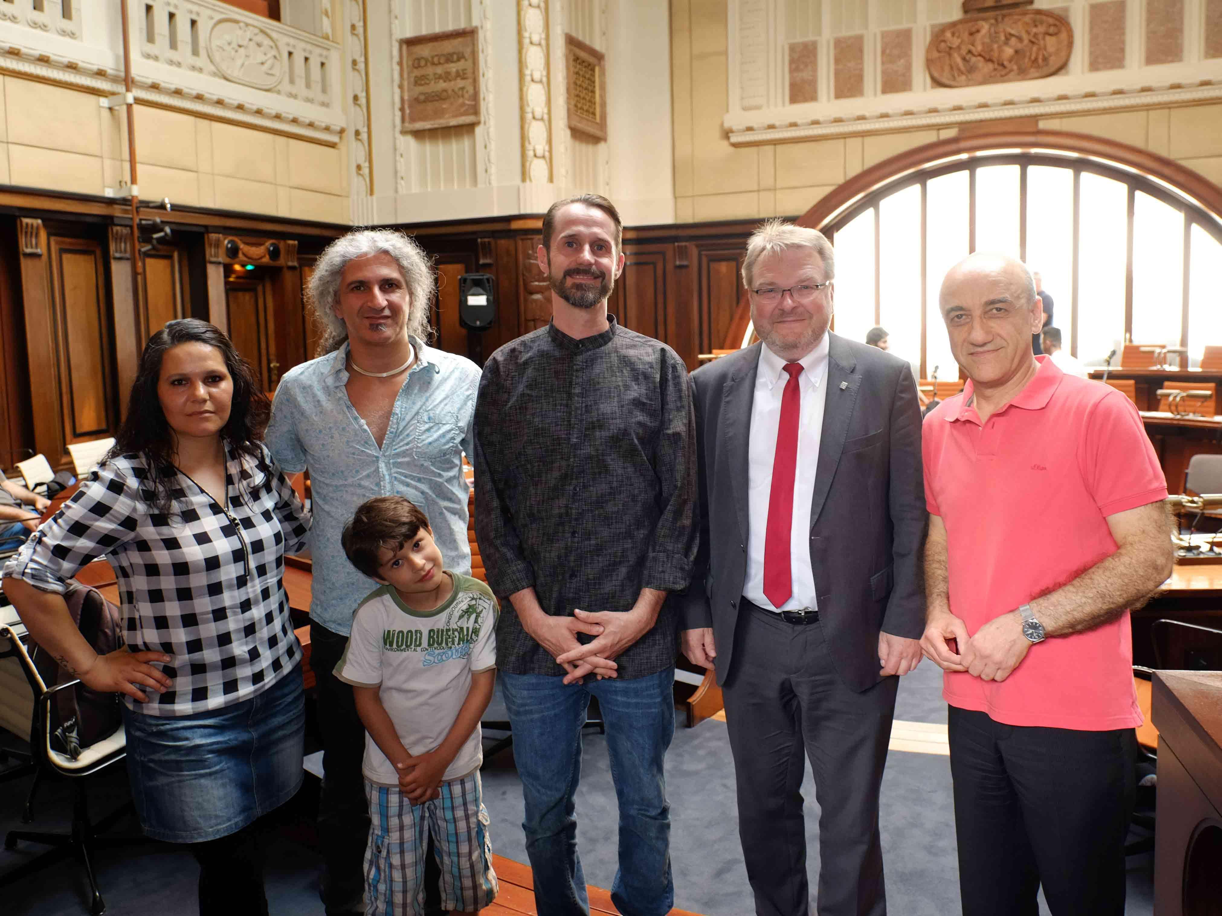 Spax und seine Gesprächspartner Cevahir Sansar, Omid Bahadori (mit Sohn) und Hossein Kiumarz Naghipour zusammen mit Bürgermeister Thomas Hermann im Hodlersaal