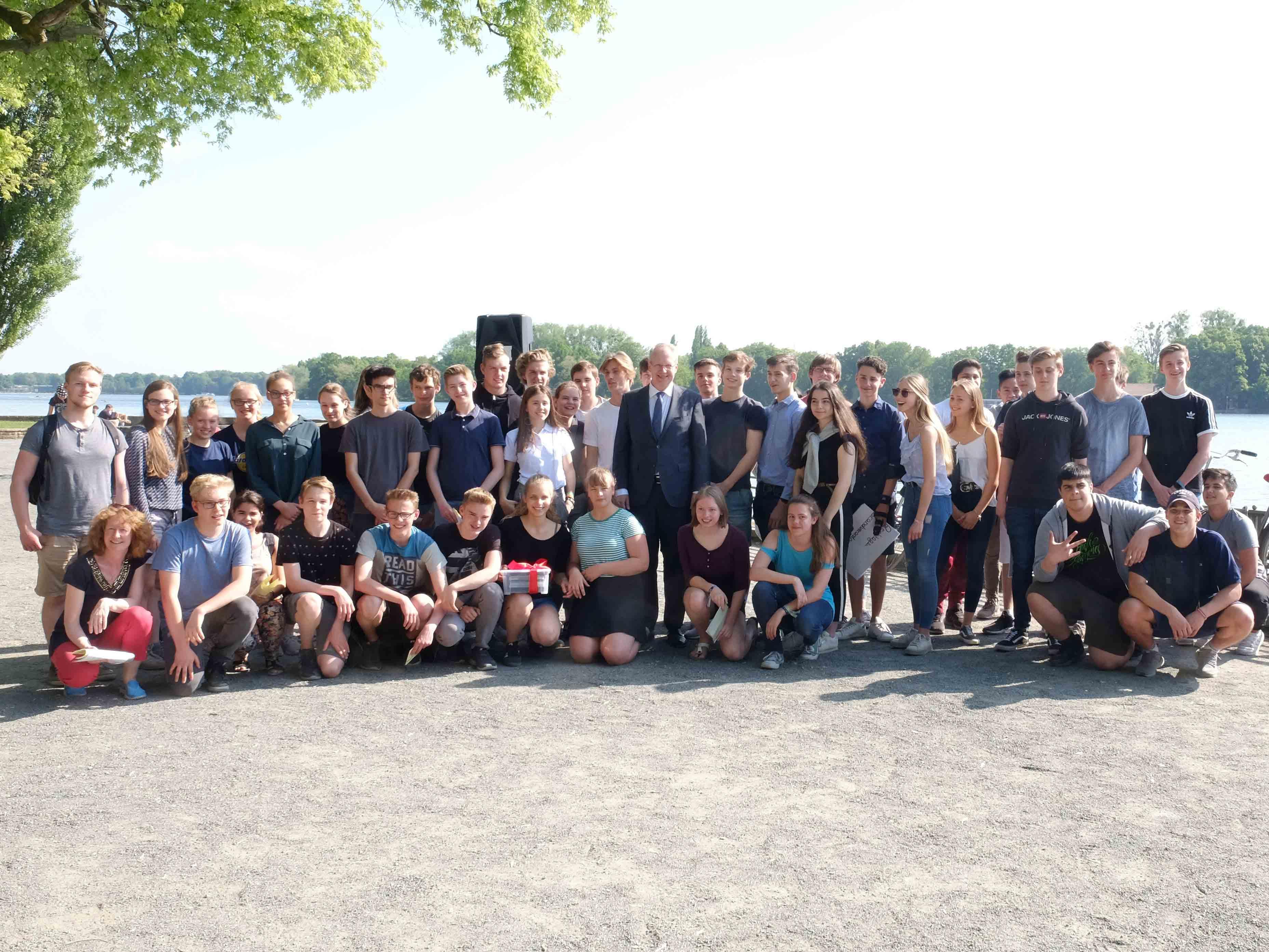Oberbürgermeister Schostok mit den Schülerinnen und Schülern der Tellkampfschule