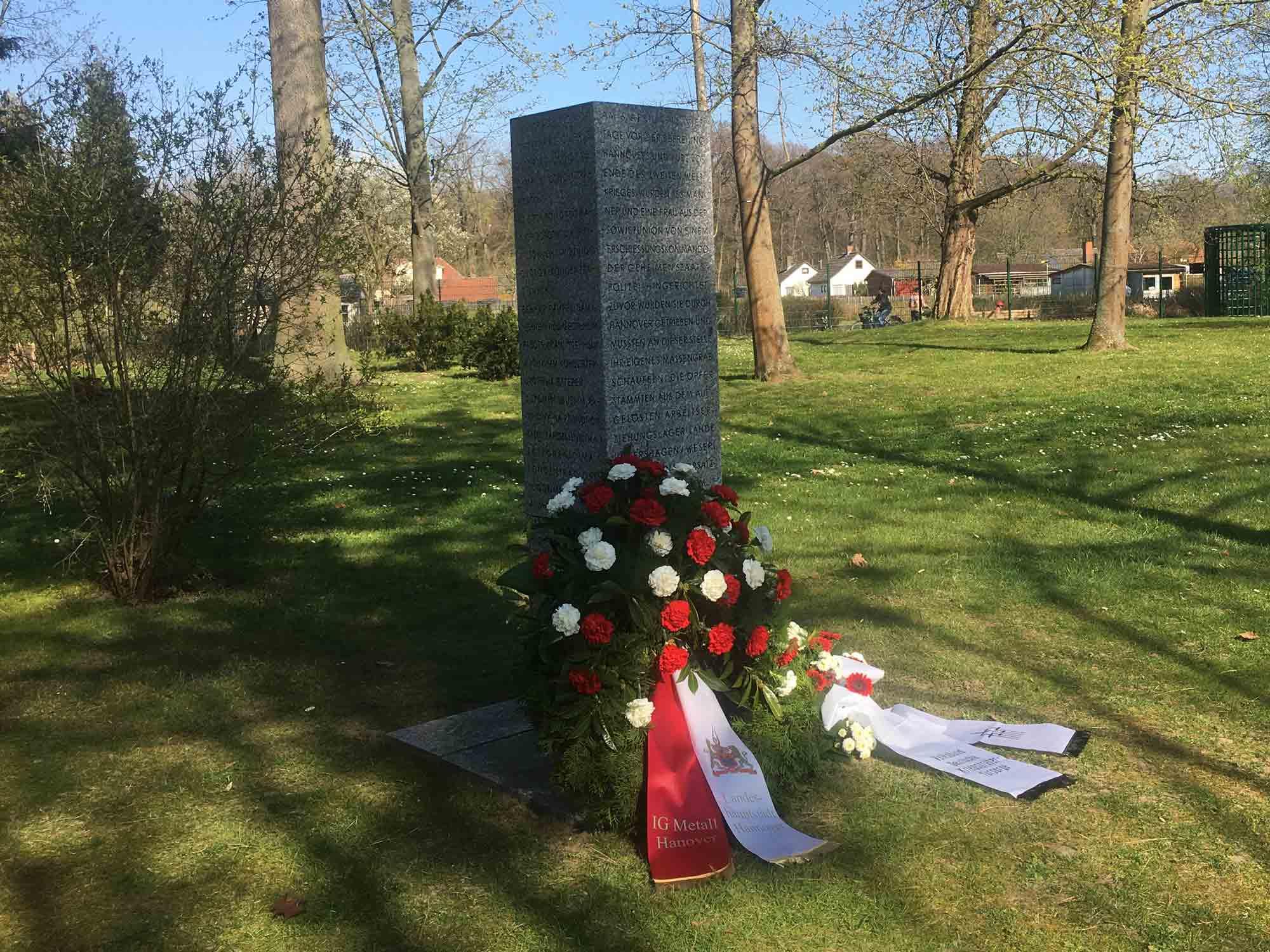 Stilles Gedenken am 6. April 2020 an der Gedenkstele für die Erschießungen auf dem Friedhof Seelhorst am 6. April 1945