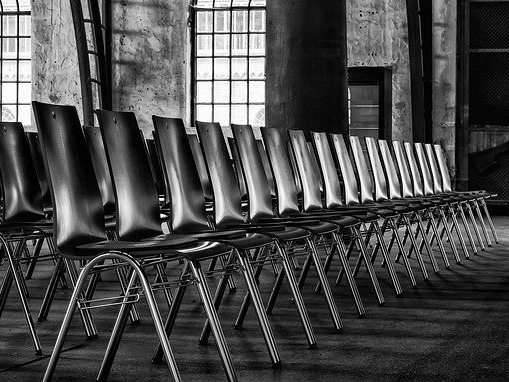 Leere Stuhlreihen (Symbolbild)
