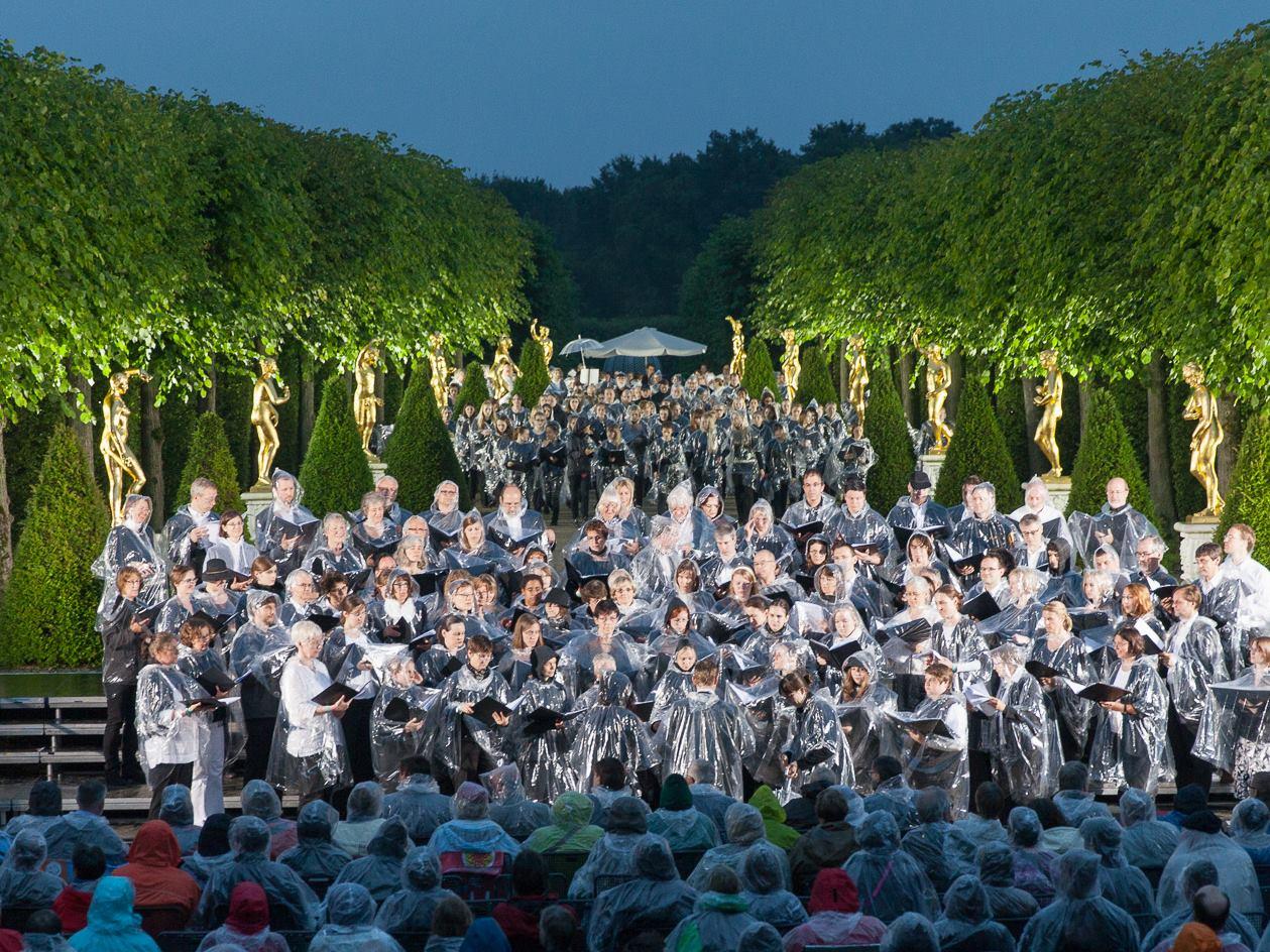 Ansicht des Gartentheaters mit einem Chor im Zentrum