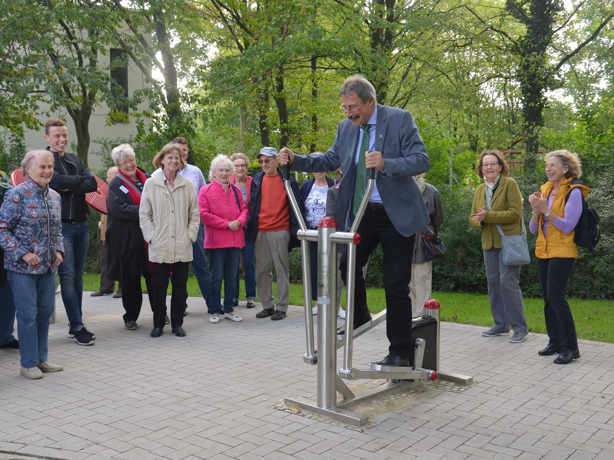 Bezirksbürgermeister Harry Grunenberg testet eines der Geräte