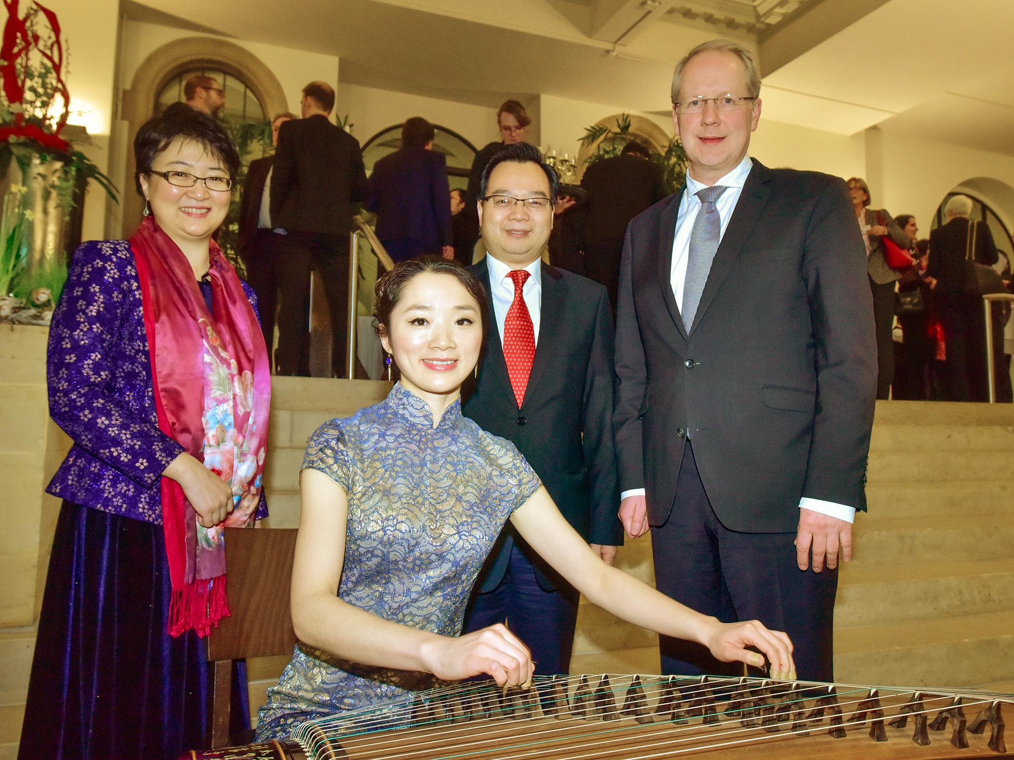 Oberbürgermeister Stefan Schostok, Generalkonsul Sun Congbin, Li Sijia und Li Yü