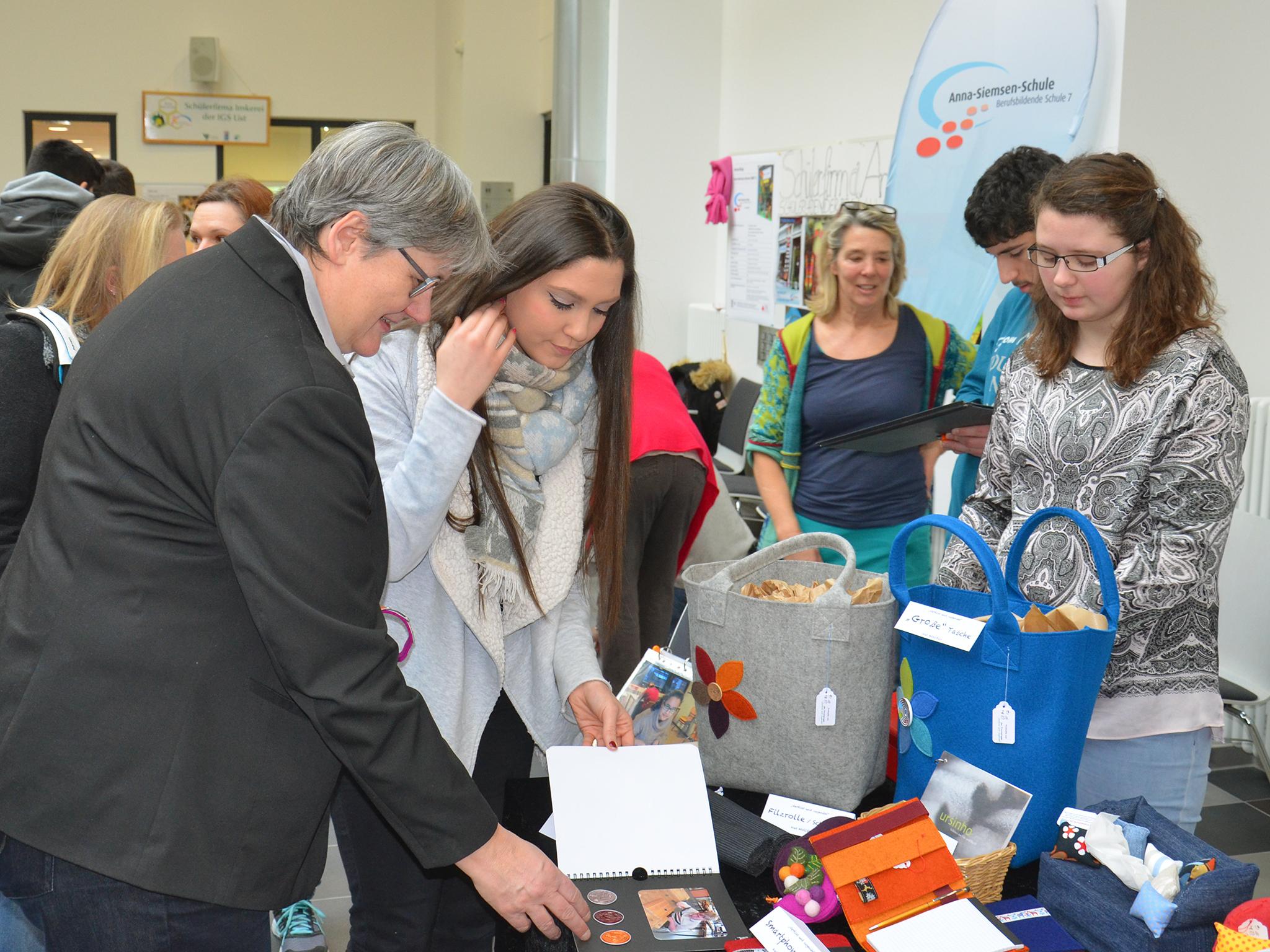 Auch Umwelt- und Wirtschaftsdezernentin Sabine Tegtmeyer-Dette stöberte durch die Angebote der Schülerfirmen