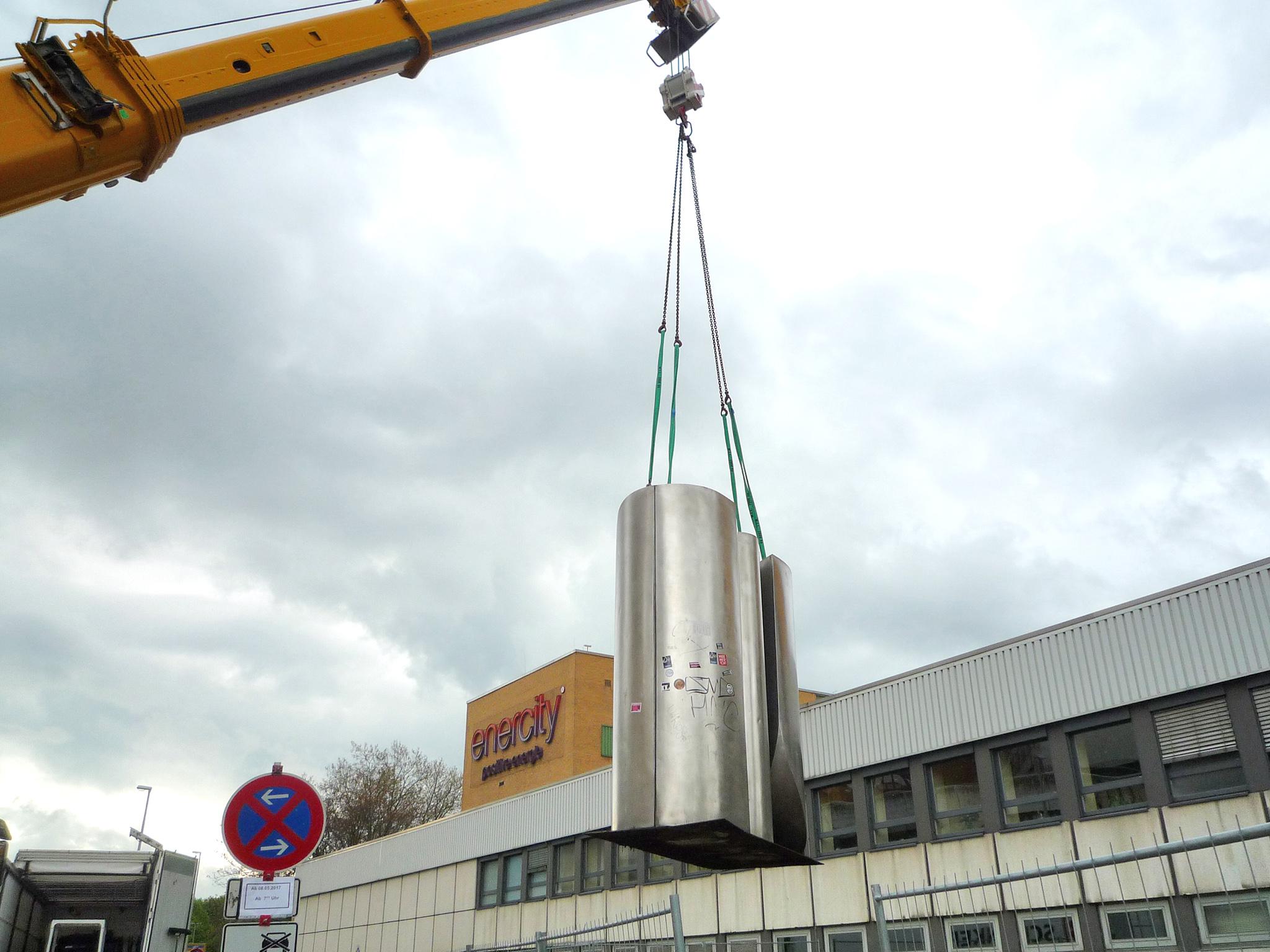 """Abtransport der Skulptur """"Stahl 68"""""""