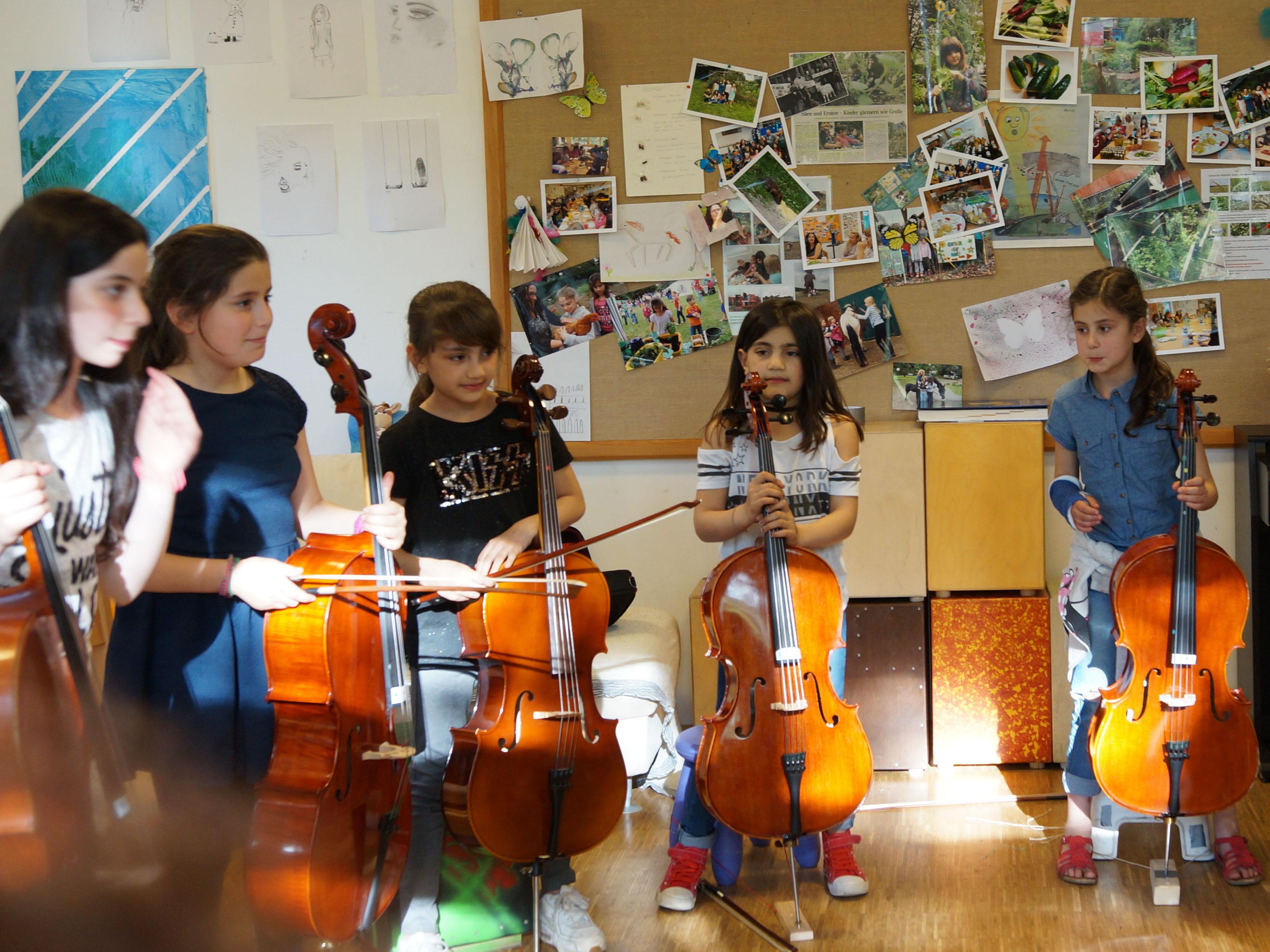 Fünf Mädchen mit Instrumenten.