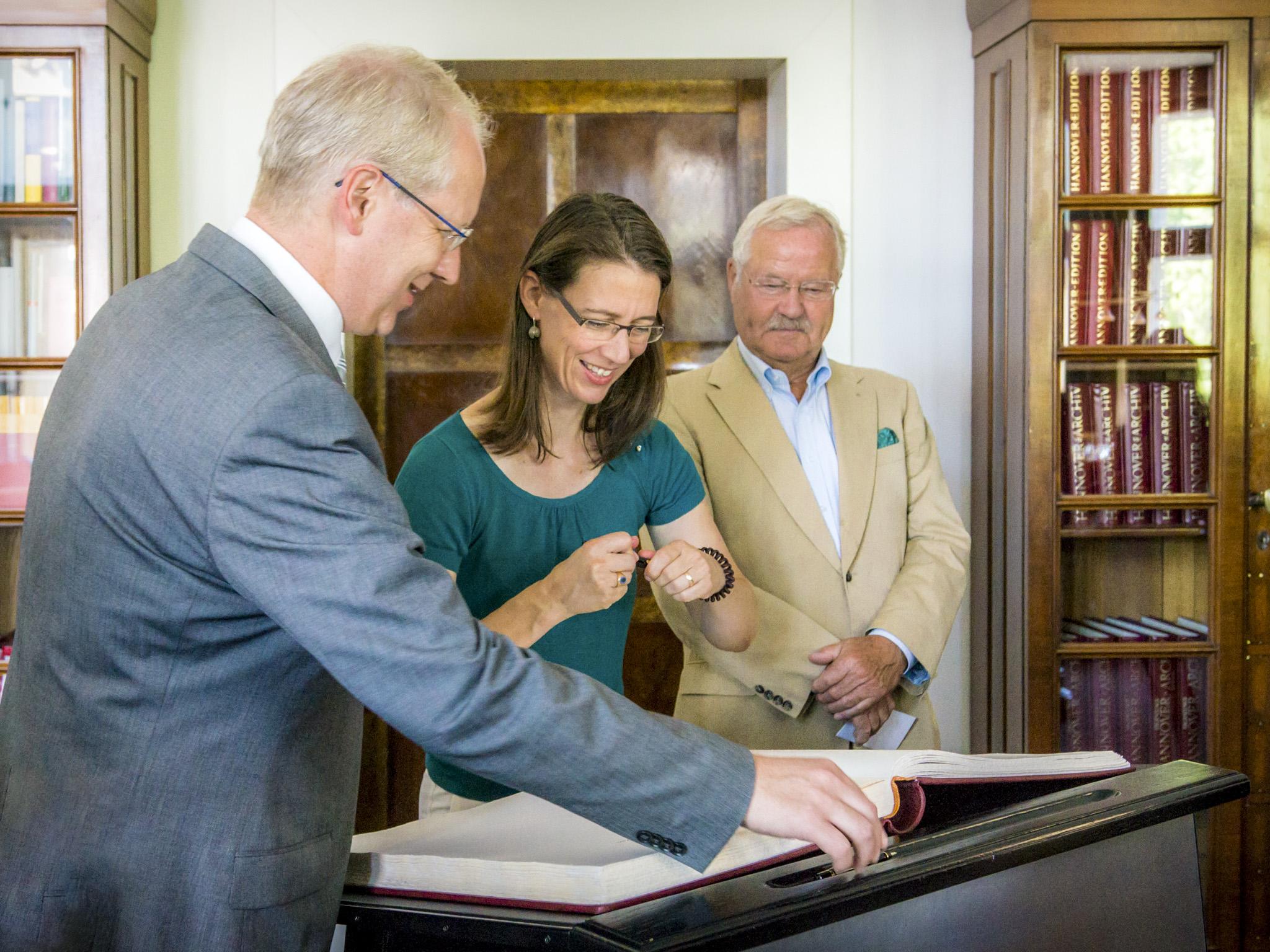 Oberbürgermeister Stefan Schostok, Bettina Gräfin Bernadotte und Sepp Heckmann, 1. Vorsitzender der Freunde der Herrenhäuser Gärten e.V.