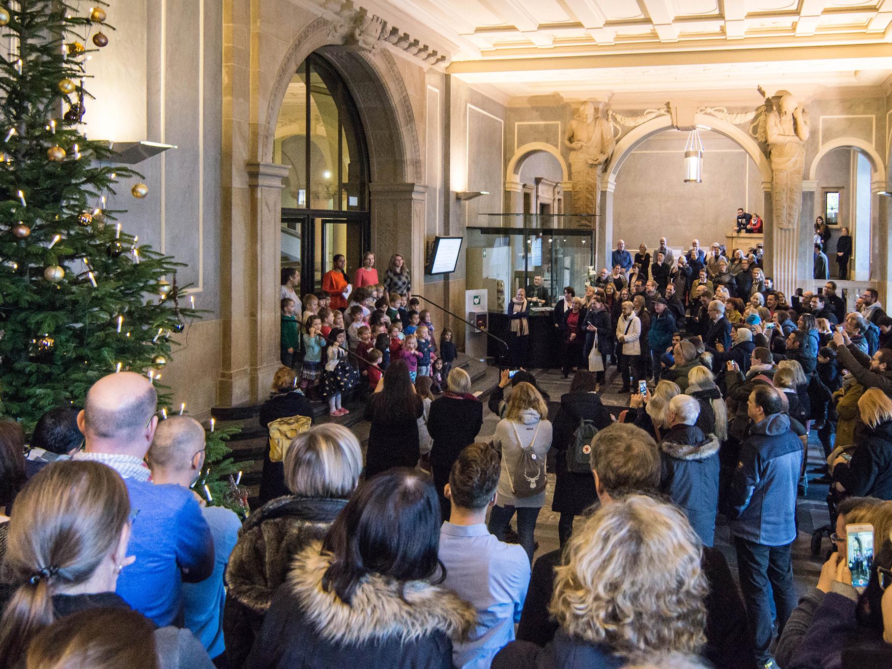 Weihnachtssingen der Kita Trammplatz im Rathaus-Foyer mit vielen Zuschauern