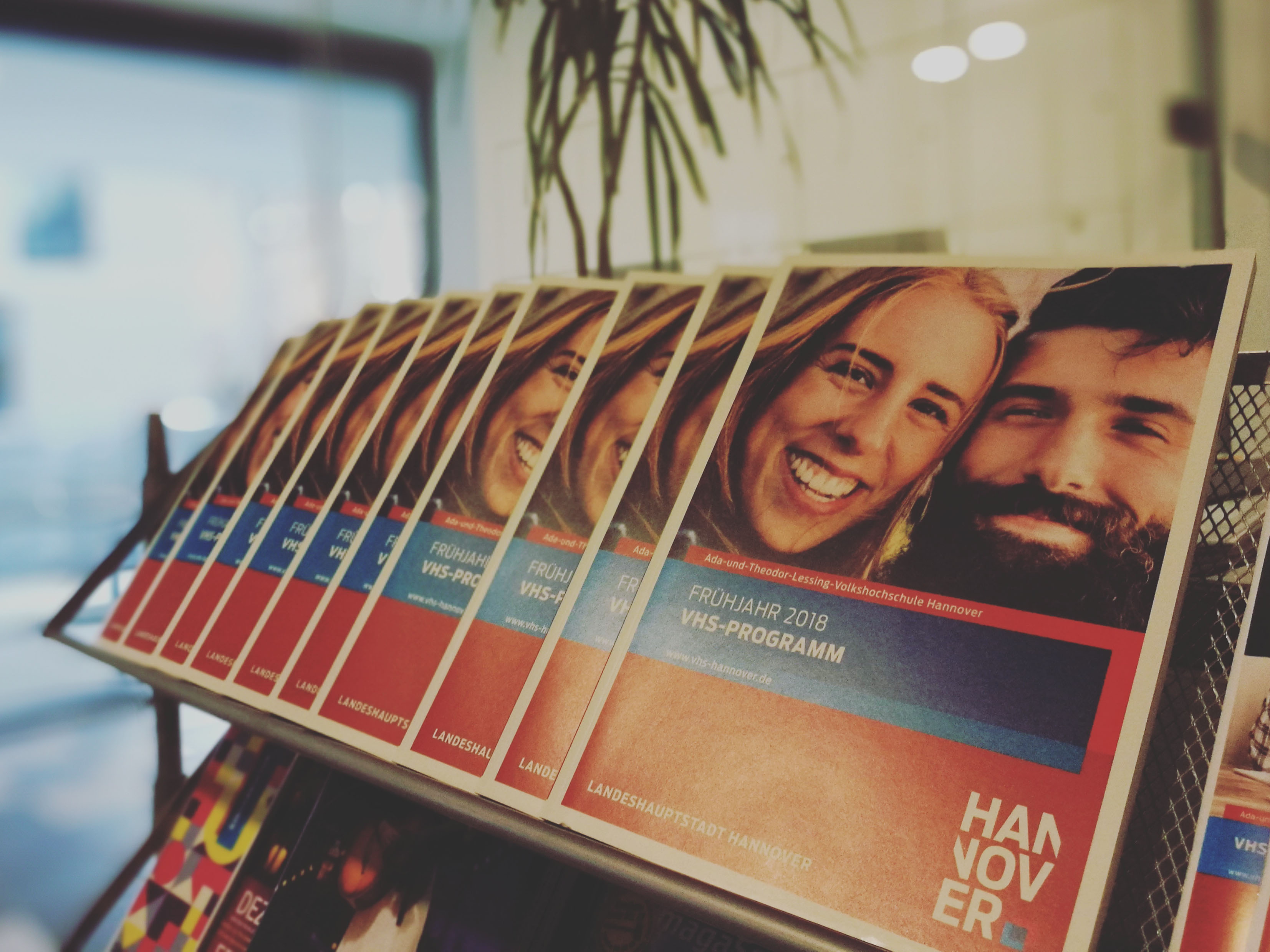 Mehrere Exemplare des neuen VHS-Frühjahrsprogramms