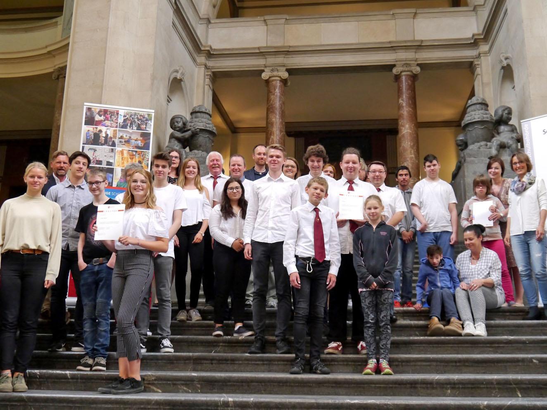 Schülerinnen und Schüler auf einer Treppe.
