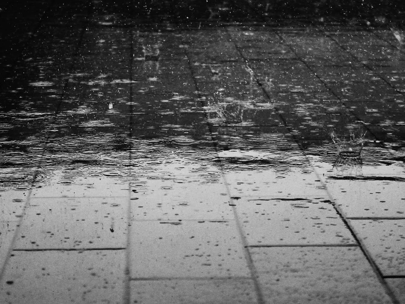 Eine vom Regen geflutete Straße.