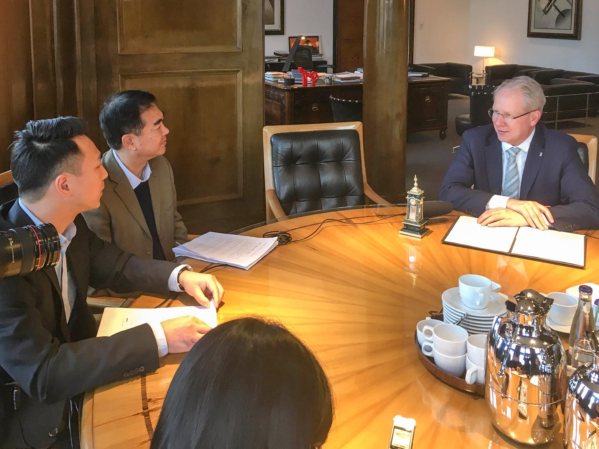 """Oberbürgermeister Stefan Schostok im Interview mit der chinesischen Zeitung """"Shenzhen Special Zone Daily"""""""