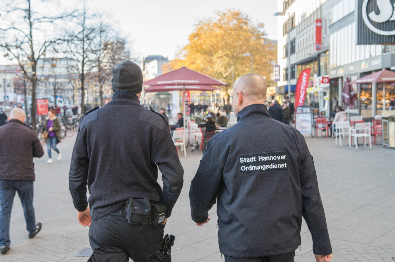 Zwei Männer beim Kontrollgang durch die Stadt.