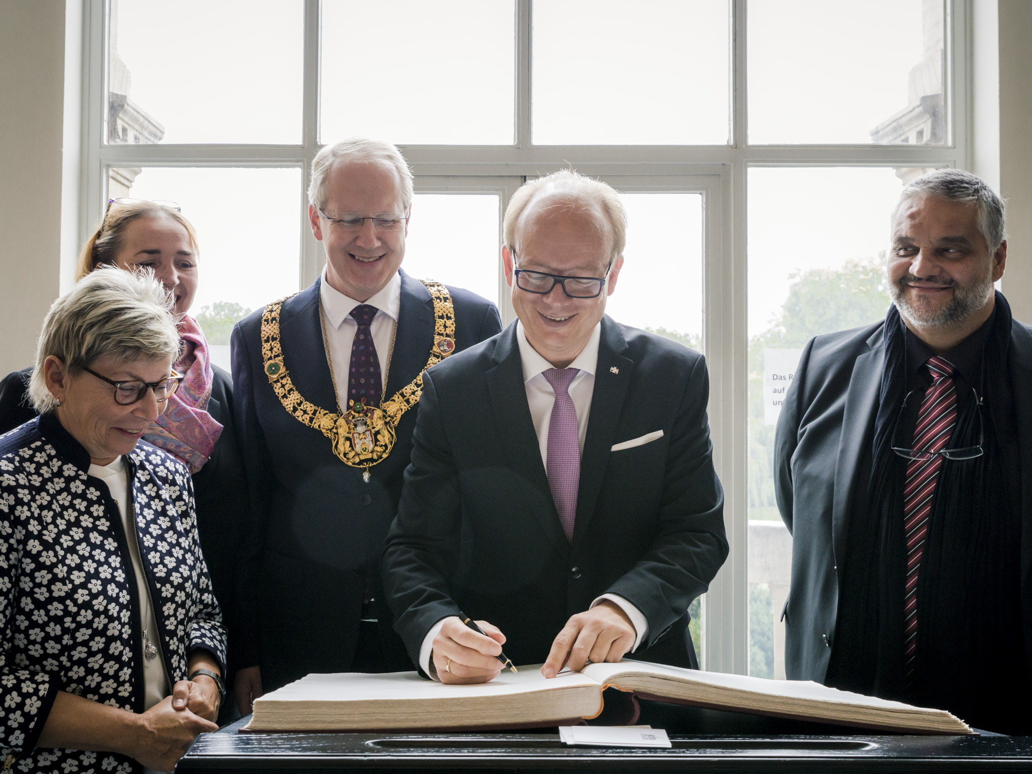 NRW-Landtagspräsident André Kuper bei seinem Eintrag ins Goldene Buch