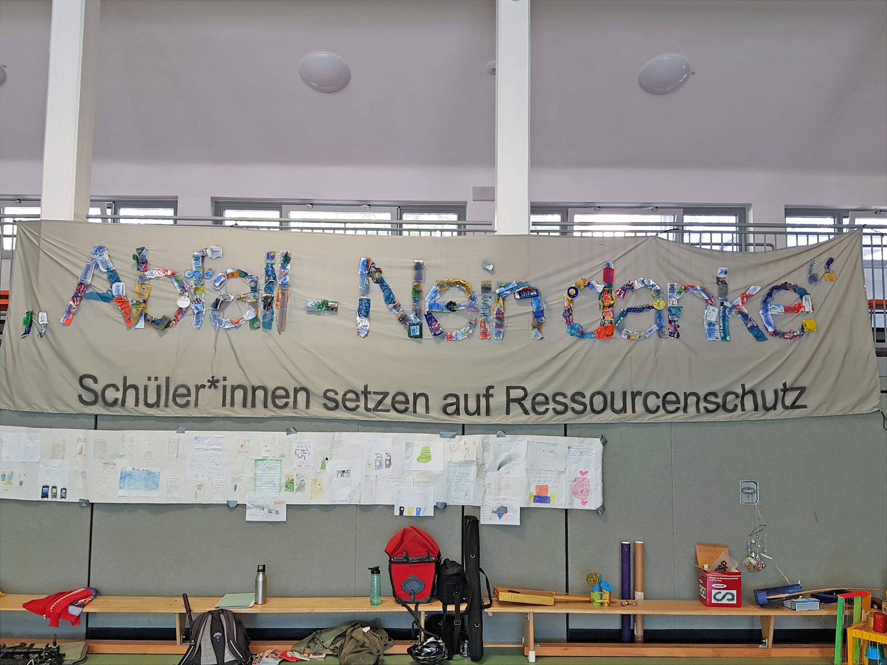 Banner in einer Sporthalle.