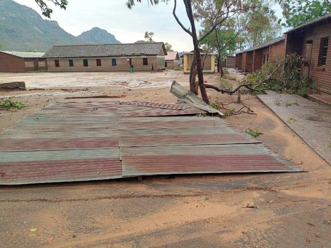 Das zerstörte Dach der Nanjiri Primary School in Blantyre