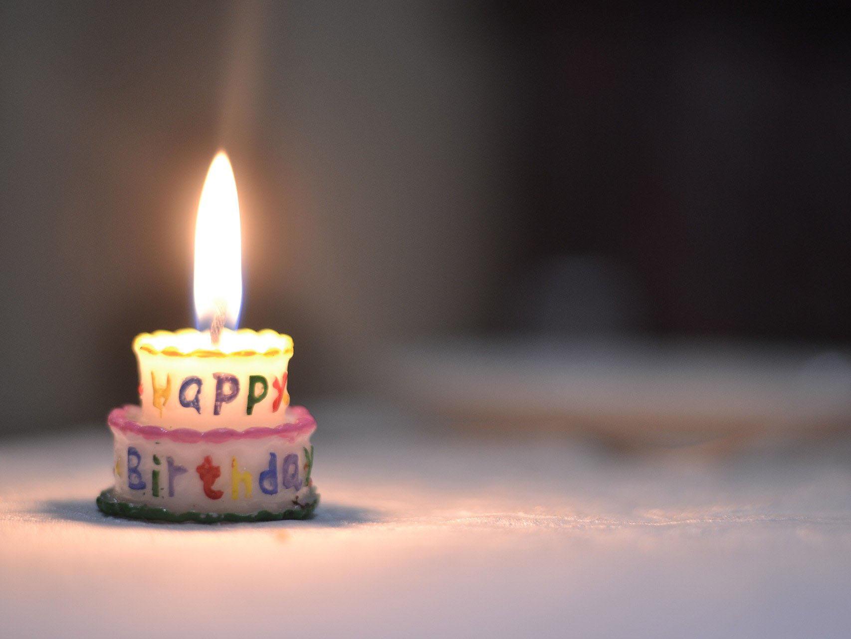 Kerze in Form einer Geburtstagstorte.