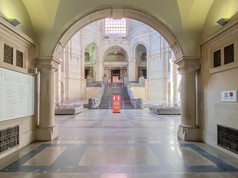 Blick in die menschenleere Kuppelhalle des Neuen Rathauses
