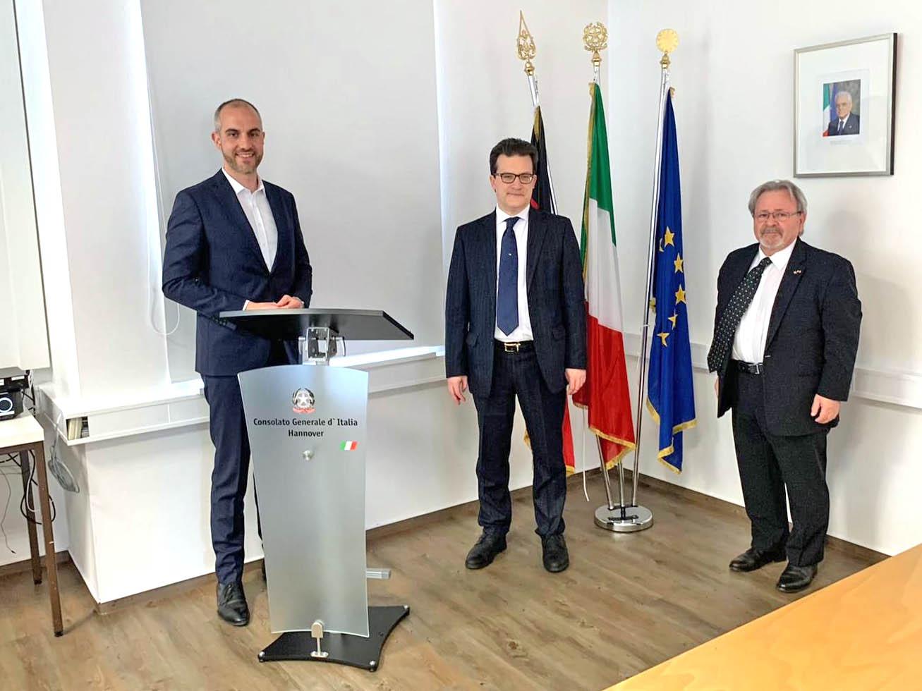 Drei Männer in einem Raum.