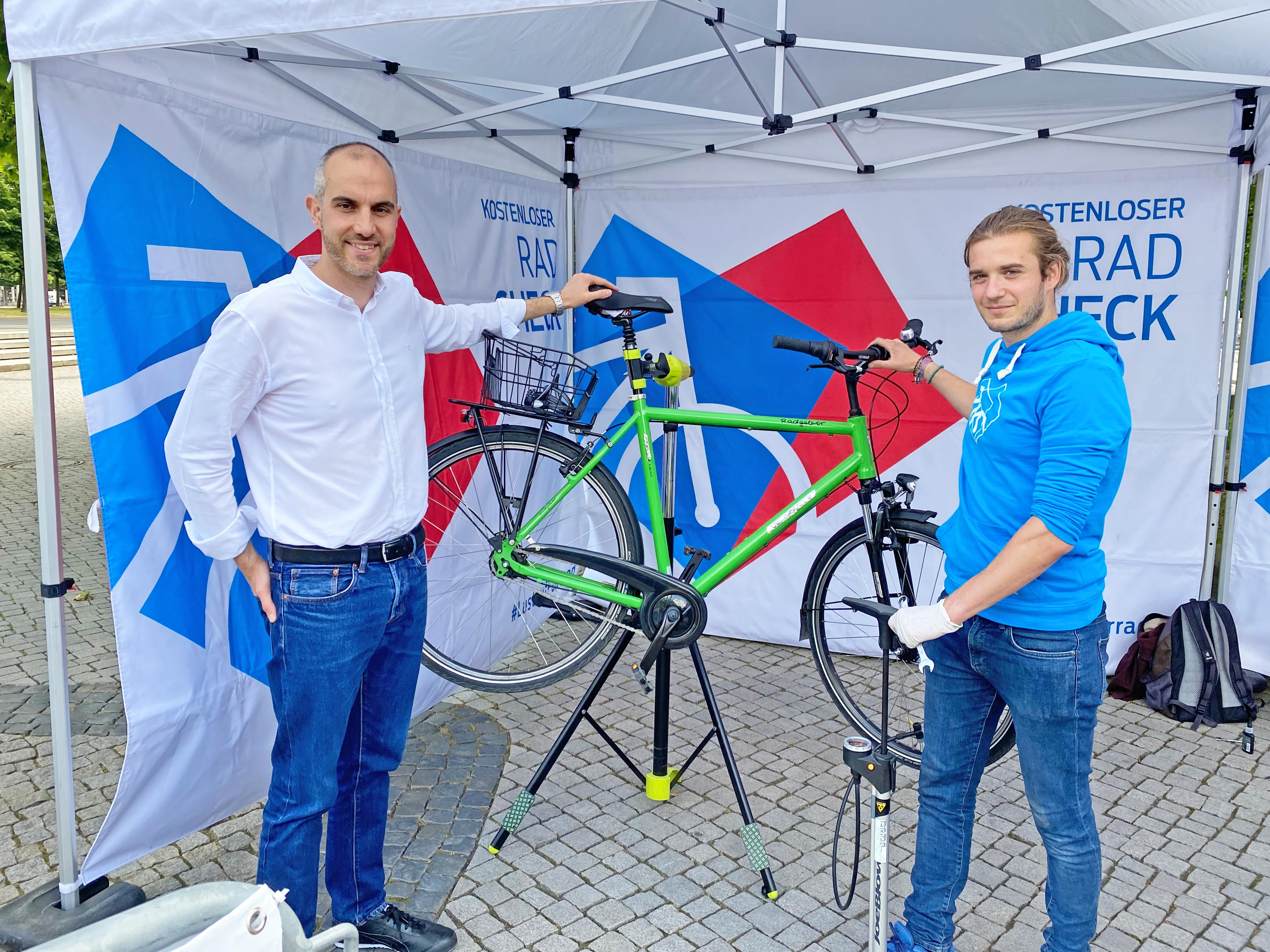 Zwei Männer mit einem Fahrrad.