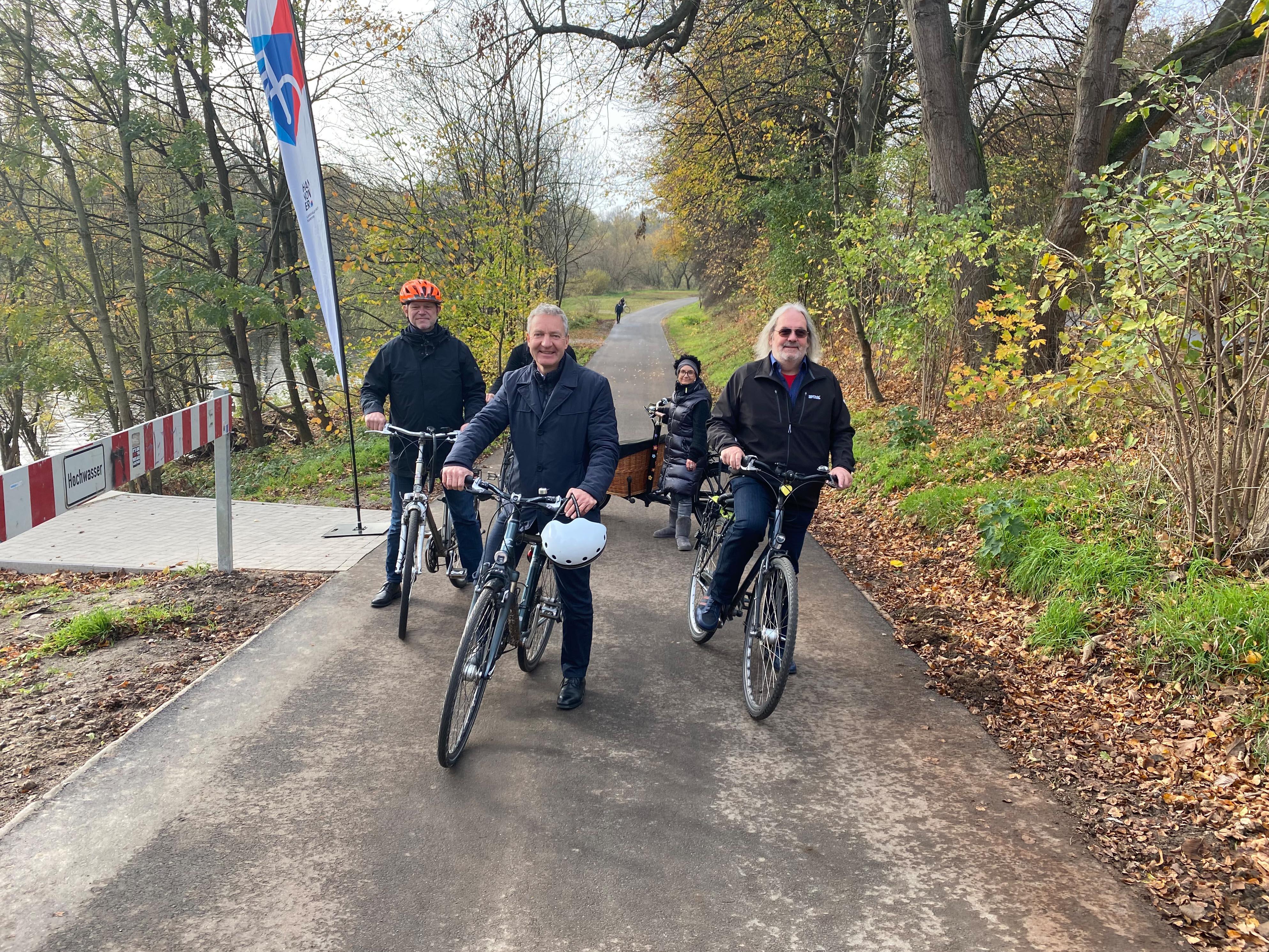 Fünf Personen mit Rädern auf einem Weg.