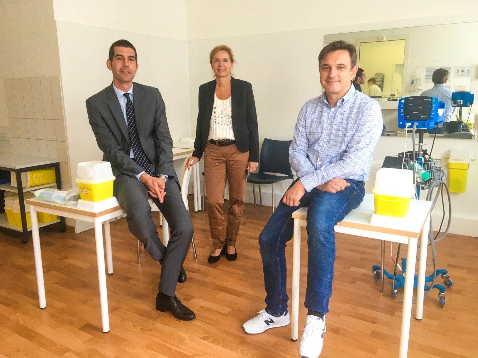 Drei Personen in einem Behandlungszimmer.