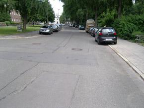 Abzweig an der Heinrich-Heine-Straße mit parkenden Autos