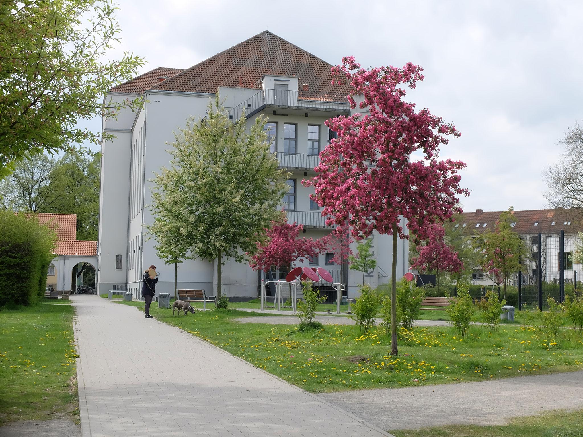 Kulturhaus Hainholz inmitten einer parkähnlichen Anlage