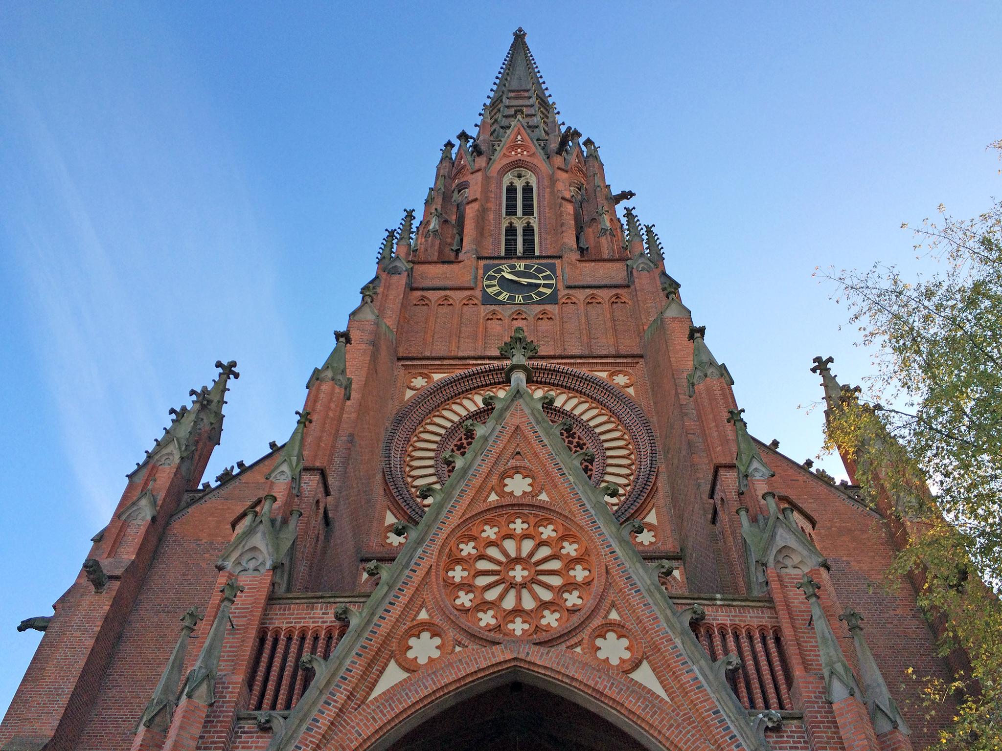 Blick auf das Eingangsportal der Christuskirche zu Hannover