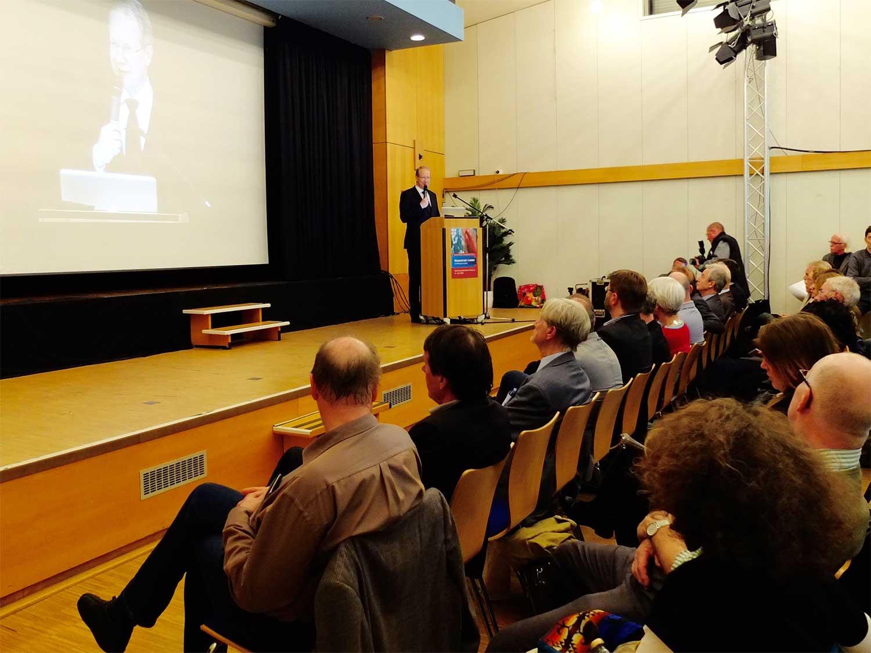 Oberbürgermeister Stefan Schostok vor dem Auditorium
